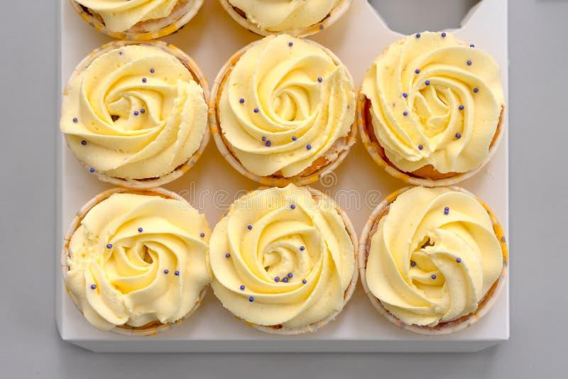 Six petits gâteaux photo libre de droits