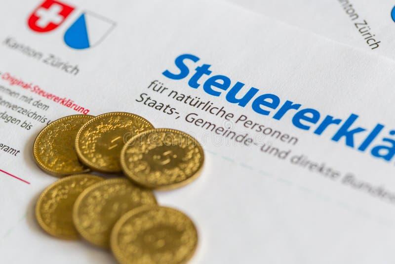 Six pièces de monnaie d'or sur le formulaire de déclaration suisse d'impôts, canton de Zurich photographie stock libre de droits