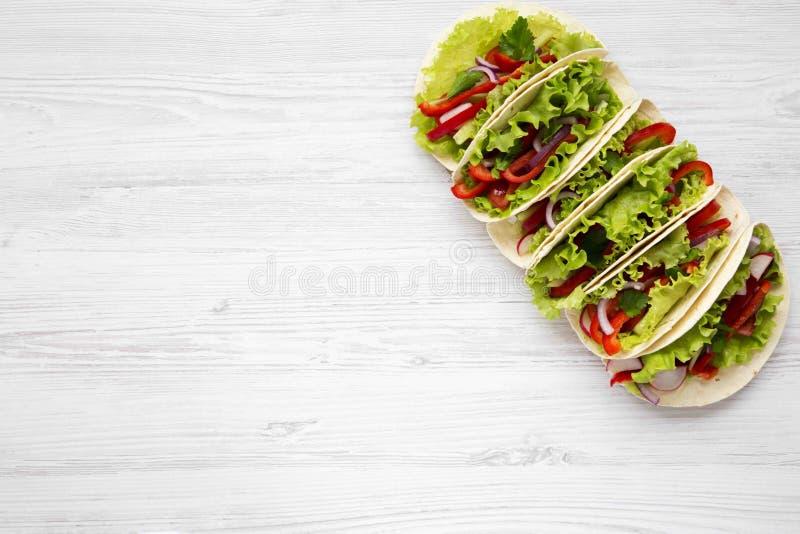 Six tacos végétariens frais sur le fond en bois blanc De l'abov image stock