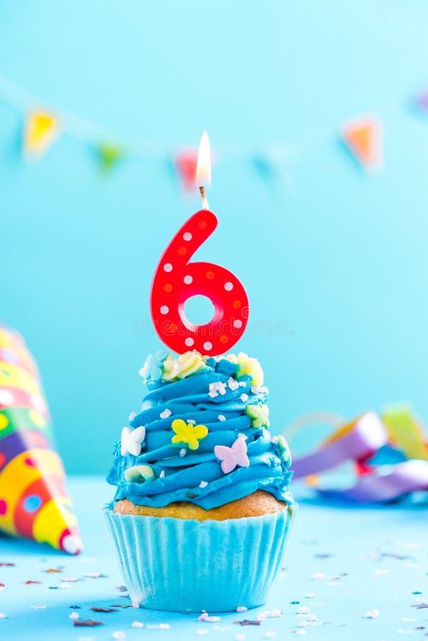 Sixième 6ème petit gâteau d'anniversaire avec la bougie Maquette de carte image stock