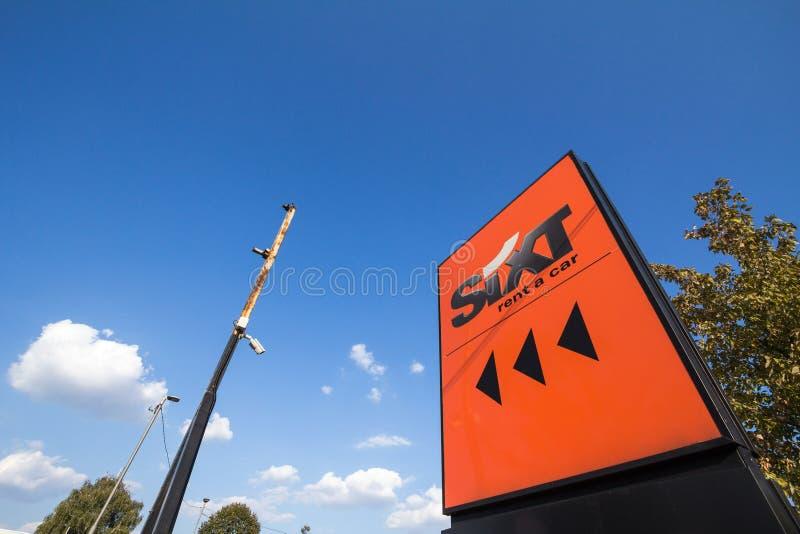Sixt logo på deras huvudsakliga byrå i Belgrade Sixt är en tysk grupp som specialiseras i bilhyra och biluthyrning royaltyfri foto