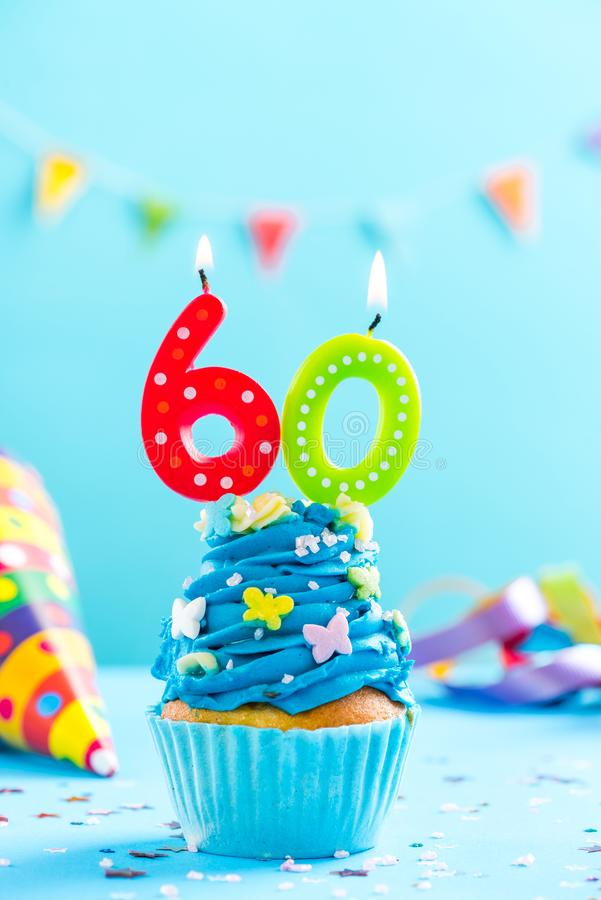 Sixtieth 60th urodzinowa babeczka z świeczką Karciany mockup zdjęcia stock