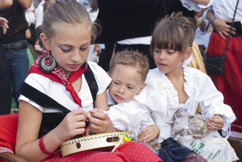 Sizilianische Kinder im traditionellen Kleid lizenzfreie stockbilder