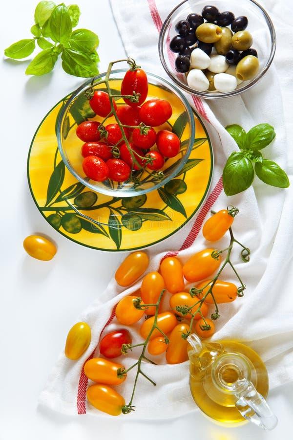 Sizilianische rote und gelbe Kirschetomaten-, Grüne und Schwarzeoliven, stockbilder