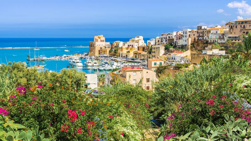 Sizilianischer Hafen von Castellammare Del Golfo, erstaunliches Küstendorf von Sizilien-Insel, Italien lizenzfreies stockfoto
