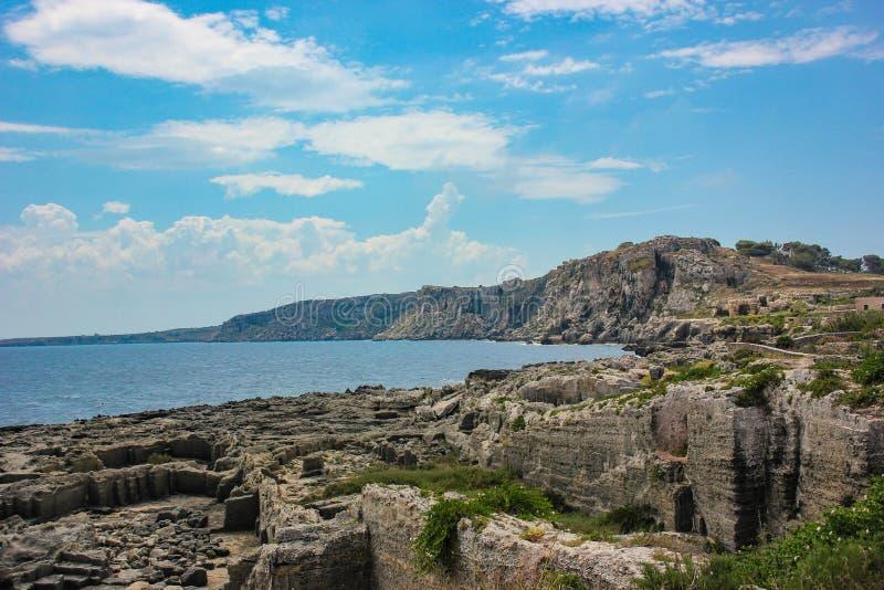 Sizilien - Felsen und Meer lizenzfreie stockbilder