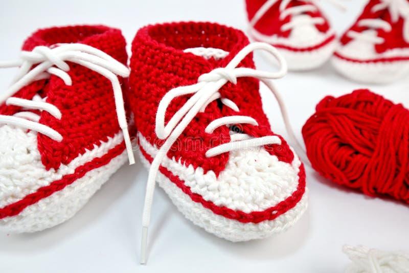 själv-virkat behandla som ett barn skor som göras av bomull fotografering för bildbyråer