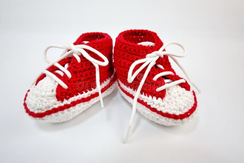 själv-virkat behandla som ett barn skor som göras av bomull arkivbilder