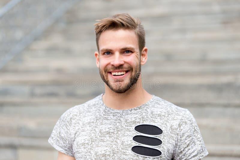Självaktning och positiv psykologi Stiligt posera för man säkert Mannen ser stilig i tillfällig skjorta grabb med arkivbilder