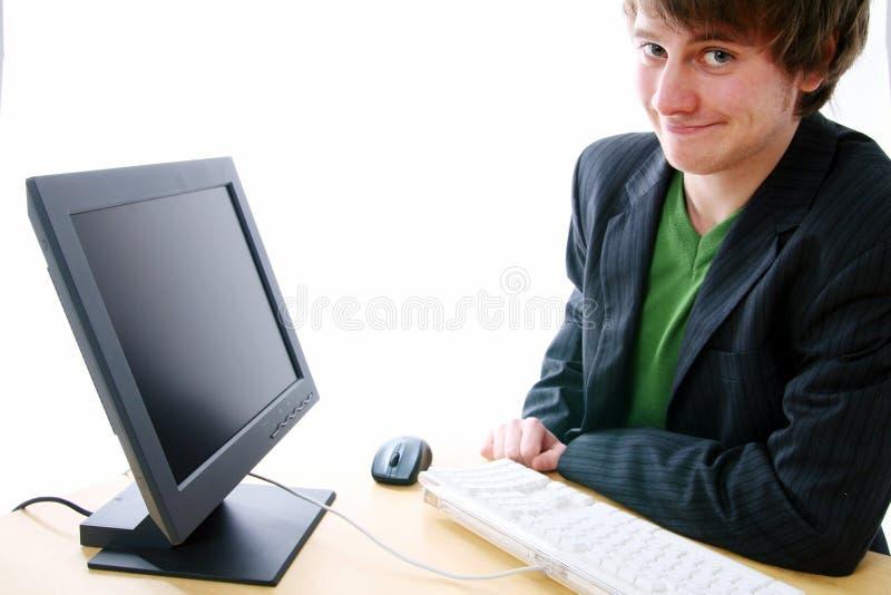 självbelåten typist för leende royaltyfri foto