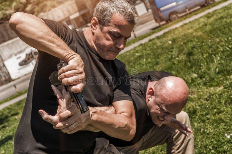 Självförsvartekniker mot ett vapen arkivbild