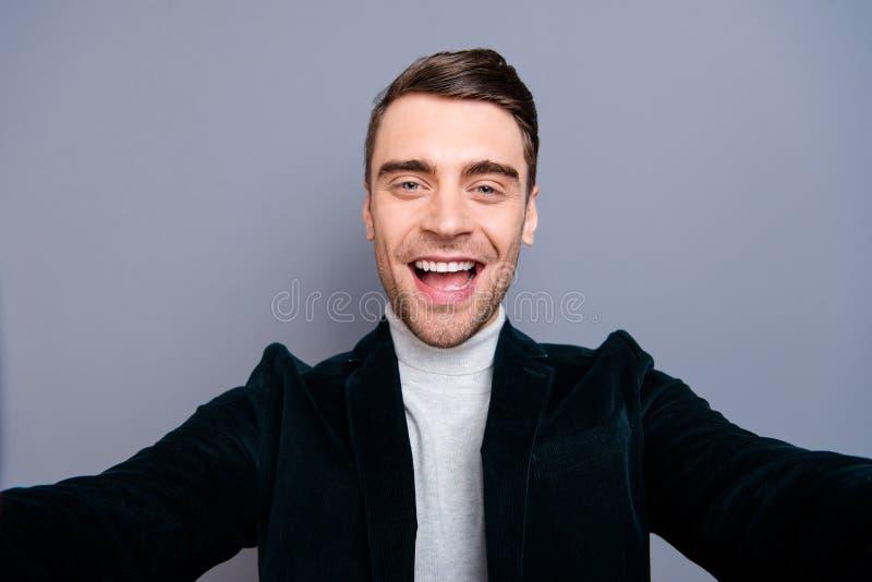 Självporträtt av hans honom bärande velvetin för trevlig gullig kall attraktiv stilig skäggig gladlynt glad optimistisk grabb royaltyfri fotografi