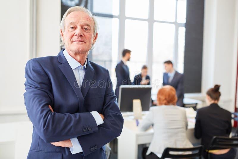 Självsäker pensionär som verkställande direktör royaltyfri bild