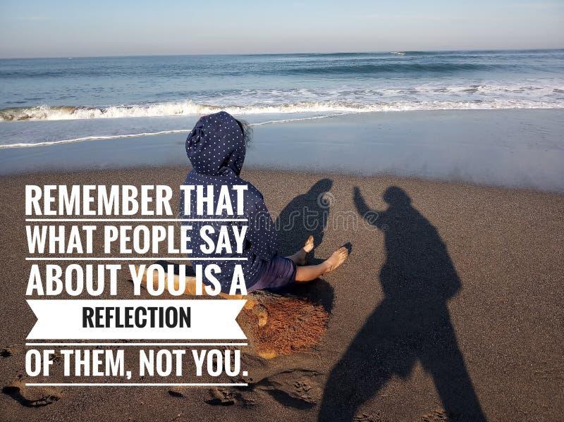 Självsäkert citationstecken Det inspirerande motivational citationstecknet minns att vilket folk säger om dig, är en reflexion av arkivfoton