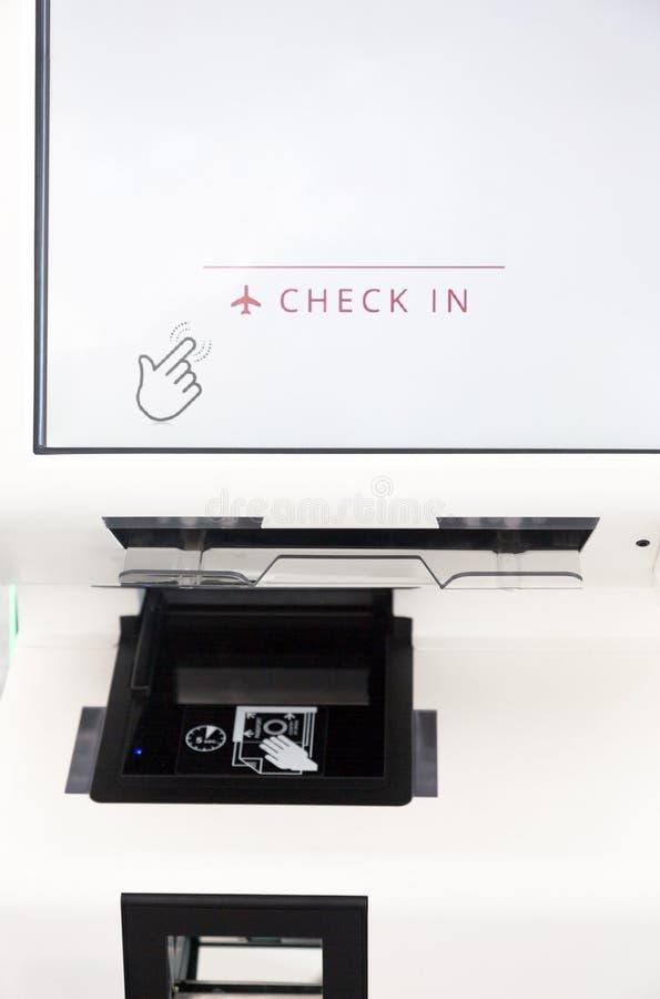 Självservice kontrollerar in maskinkiosket på flygplats fotografering för bildbyråer
