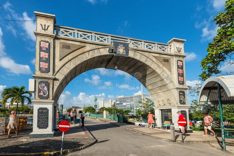 Självständighetbågen och kammarherren Bridge i Bridgetown, arkivbild