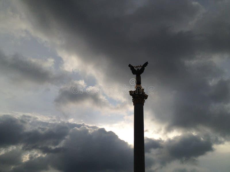 Självständighetfyrkant i moln i Kiev Ukraina royaltyfria foton