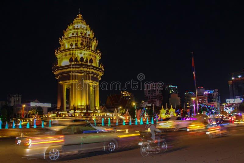 Självständighetmonumentet i Phnom Penh, Cambodja, på natten royaltyfri foto