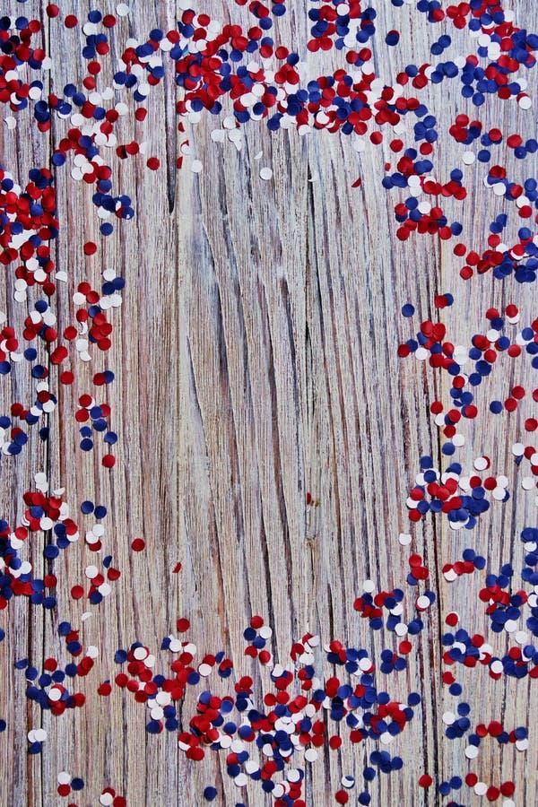 Självständighetsdagen av olika länder, berömmar och feriebegrepp-slutet-upp av röd och blå pappers- stjärnagarnering och royaltyfri bild