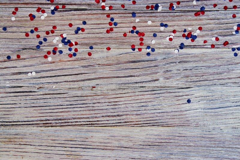 Självständighetsdagen av olika länder, berömmar och feriebegrepp-slutet-upp av röd och blå pappers- stjärnagarnering och royaltyfria foton