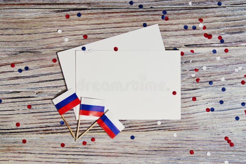 Självständighetsdagen av Ryssland Juni 12 begreppet av patriotism, frihet och självständighet mini- flaggor med rött vitt blått o arkivfoton