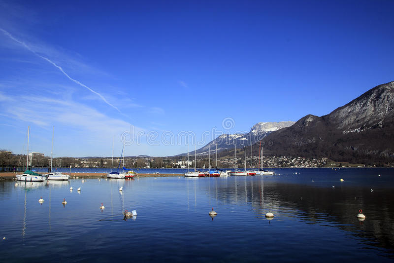Sjö Annecy i vinter fotografering för bildbyråer