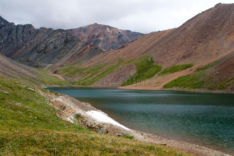 Sjö av bergandar _ siberia Ryssland Sommar royaltyfri foto