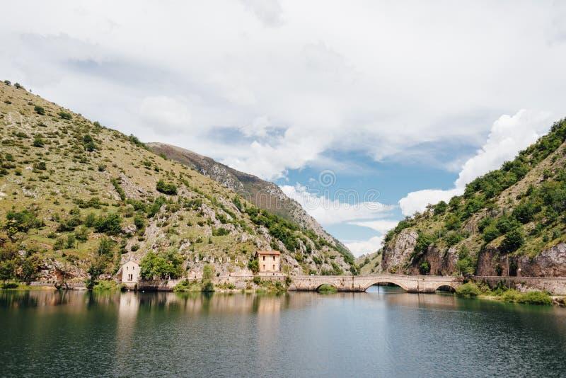 Sjö av San Domenico, Abruzzo, Italien arkivfoto