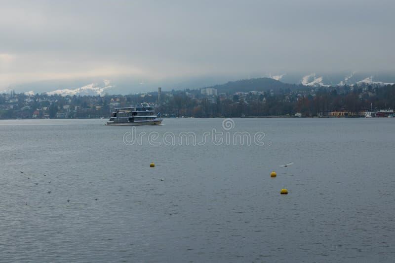 Sjö av Zurich i blå dimma, sight och resande i Schweiz arkivbilder
