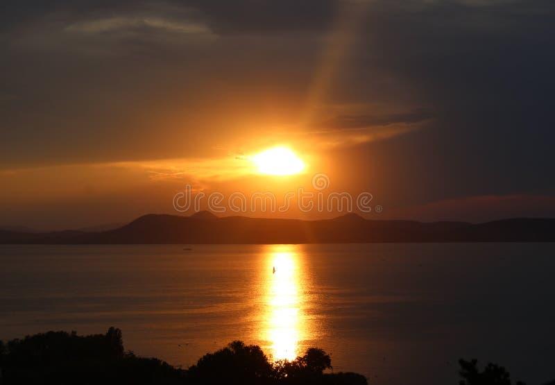 Sjö Balaton med solnedgången royaltyfri foto