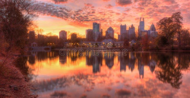 Sjö Clara Meer och Midtown Atlanta i skymning, USA arkivbilder