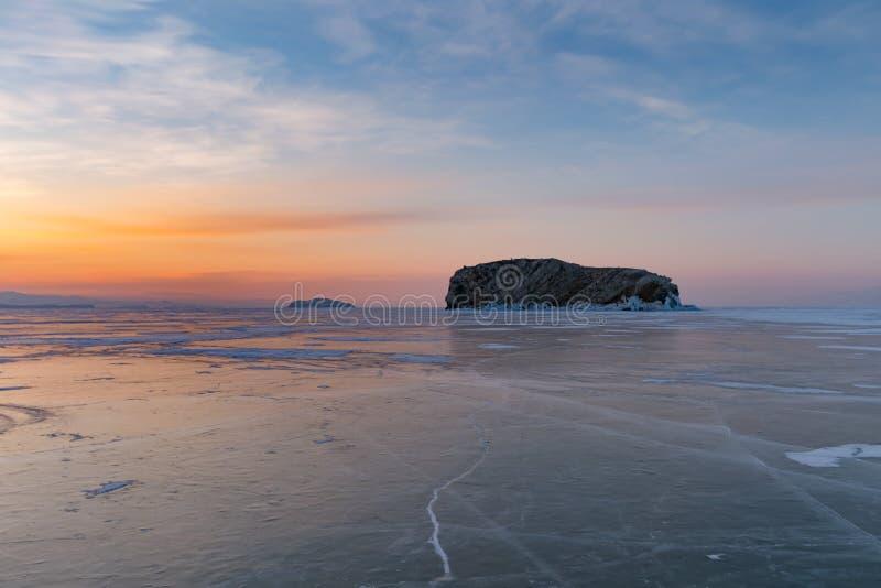 Sjö för frysningBaikal vatten med soluppgånghorisontbakgrund royaltyfri foto