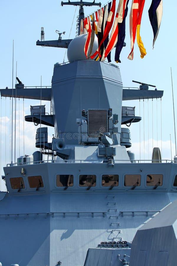 Sjö- flaggor på en krigsskepp arkivbild