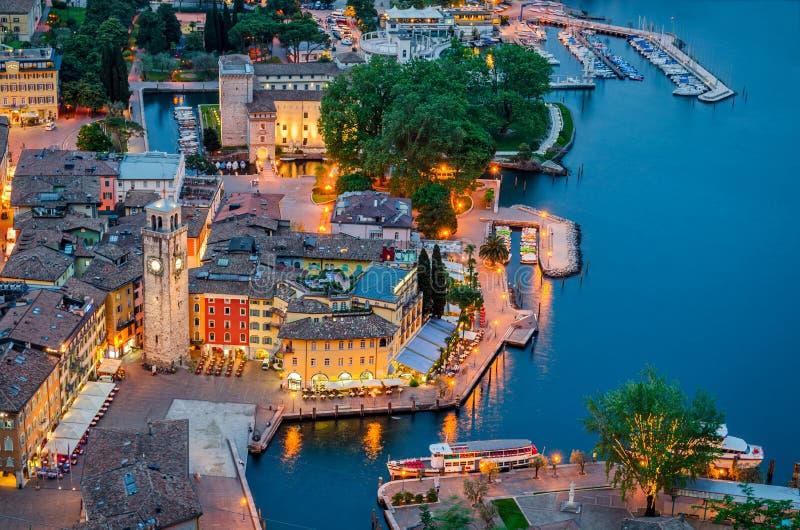 Sjö Garda, stad av Riva del Garda, Italien (den blåa timmen) royaltyfri fotografi