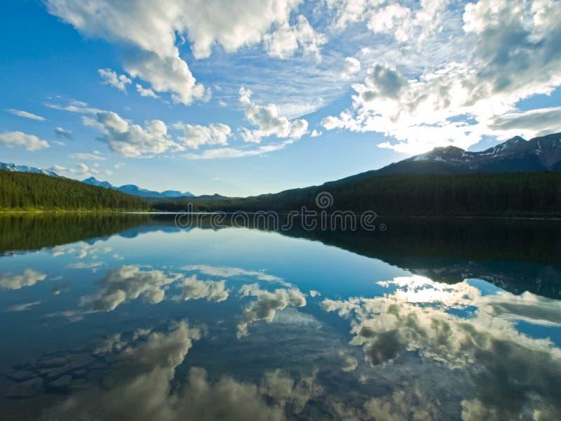 Sjö i bergen av Kanada, ursprunglig natur royaltyfria bilder
