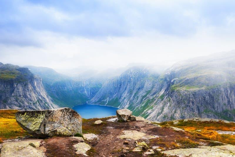 Sjö i bergen i dimmig morgon, Norge royaltyfria foton