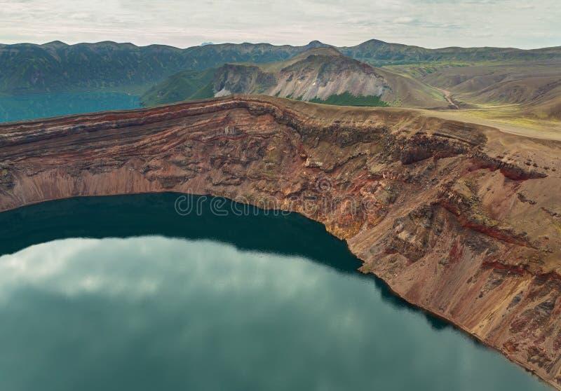 Sjö i Calderavulkan Ksudach Den södra Kamchatka naturen parkerar royaltyfri bild