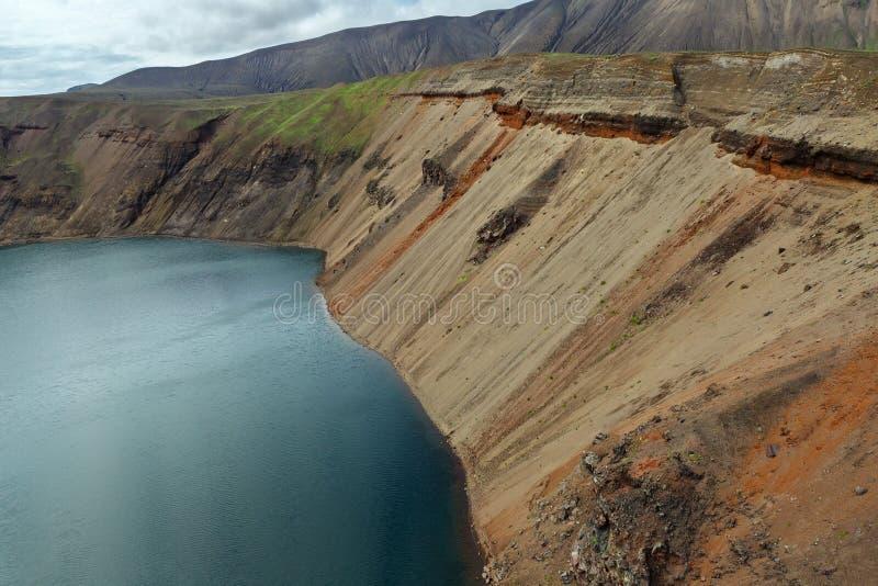 Sjö i Calderavulkan Ksudach Den södra Kamchatka naturen parkerar fotografering för bildbyråer