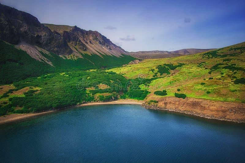 Sjö i Calderavulkan Ksudach Södra Kamchatka Ryssland Naturen parkerar Sikt från helikoptern arkivfoton