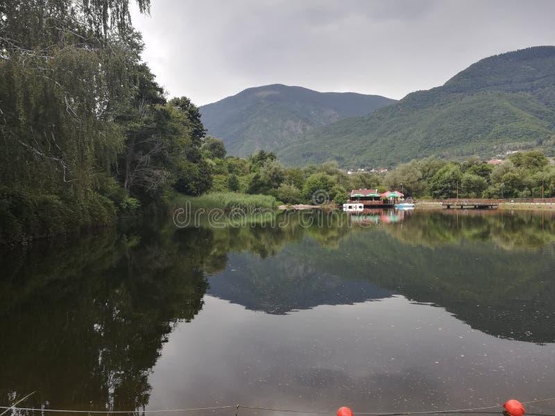 Sjö i parkera Rila, Dupnitsa, Bulgarien fotografering för bildbyråer