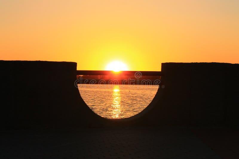 Sjö i sommarsolnedgången arkivfoto