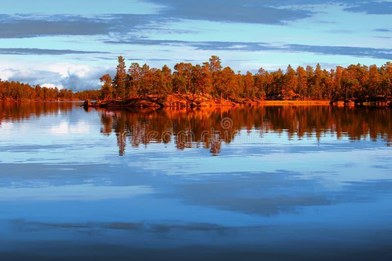 Sjö Inari i Lapland royaltyfria bilder