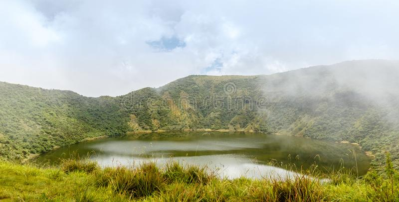 Sjö inom den Bisoke vulkankrater, Virunga vulkannationalpark arkivfoto