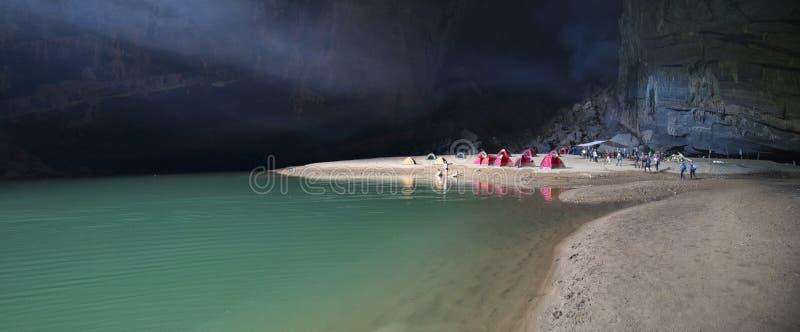 Sjö inom den Hang En grottan, den 3rd största grottan för world's arkivfoto