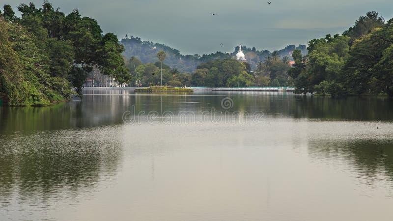 Sjö Kandy med Asgirien Maha Viharaya Temple i bakgrunden arkivfoto