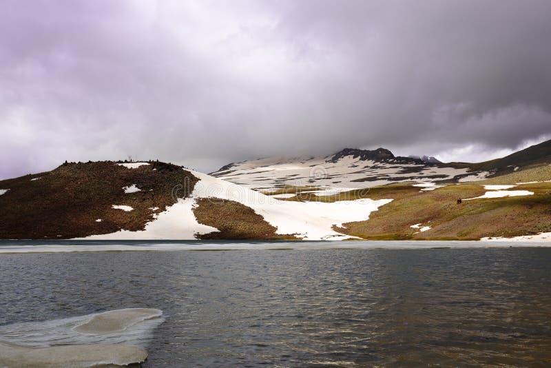 Sjö Kari, Aragats, Armenien för högt berg royaltyfri fotografi