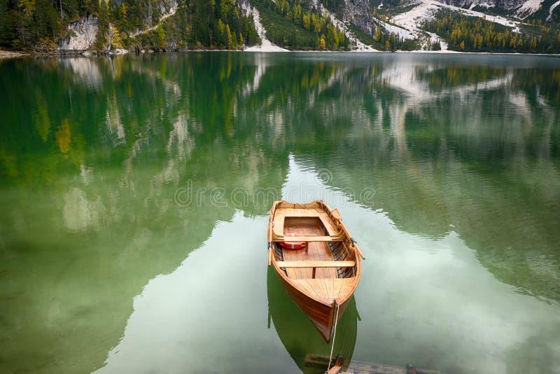 Sjö Lago di Braies Braies sjö, Dolomites, södra Tyrol, Italien fotografering för bildbyråer