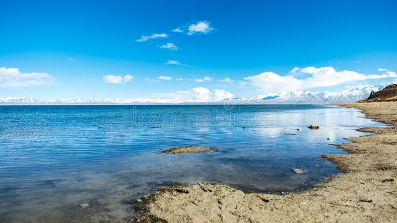 Sjö Manasarovar, moln för blå himmel och havssjö arkivbild