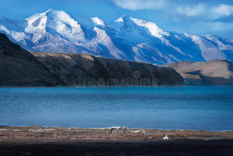 Sjö Manasarovar också som är bekant som Mapam Yumtso med Himalayas i bakgrund, arkivfoto