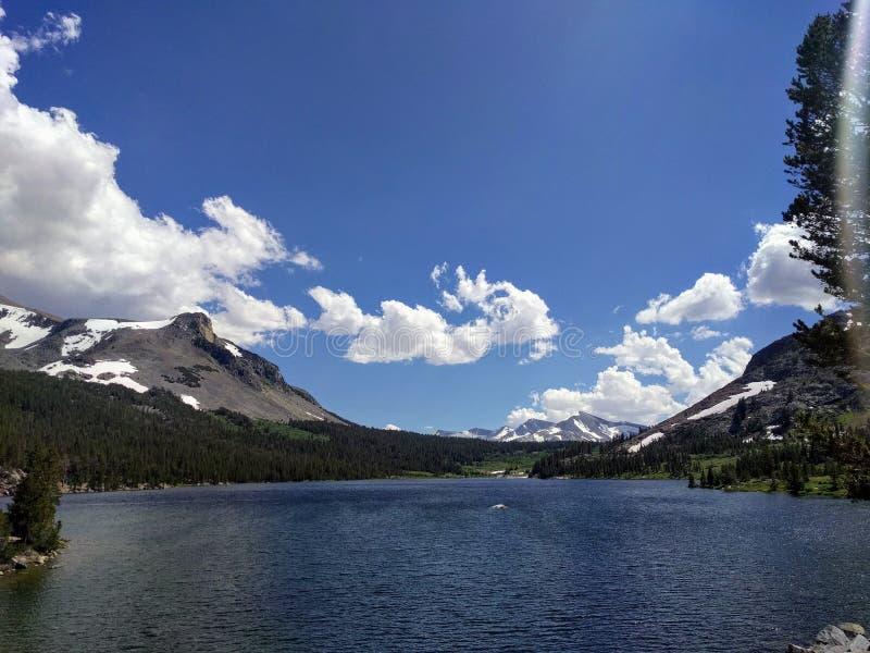 Sjö med berget och himmel royaltyfria bilder